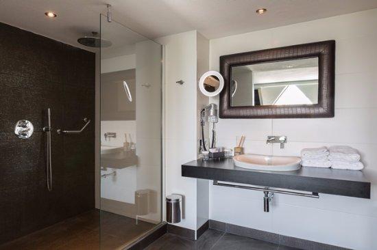 Badkamer suite - Picture of Van der Valk Hotel Volendam, Katwoude ...