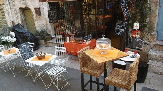 Valbonne, France: la terrasse avec la crépière