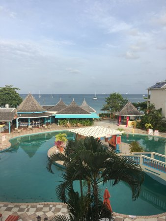 Bay Gardens Beach Resort: Relaxing vacation... just the right size resort