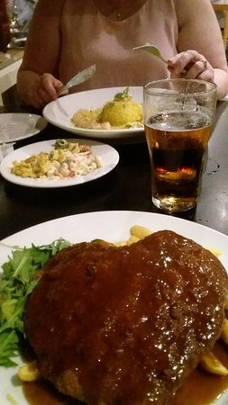 Waikerie, Australia: Garlic Prawns & Chicken Schnitzel