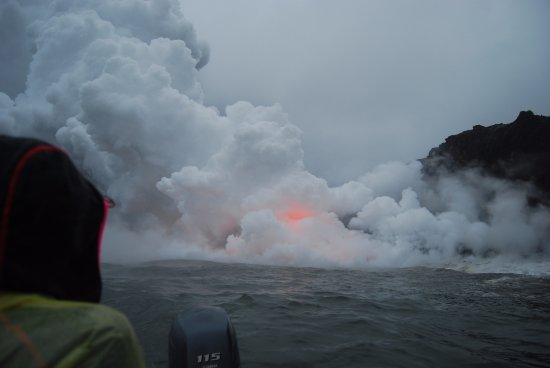 Pahoa, Havai: View of the lave-flow from the boat (1)