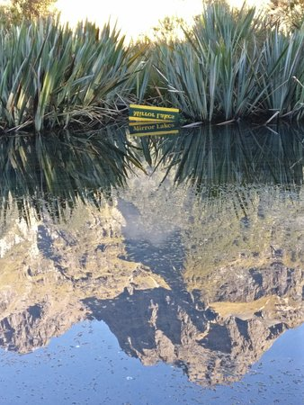 Fiordland National Park, Νέα Ζηλανδία: Mirror Lake with mirror sign