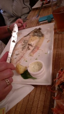 Swansea, Australien: The remains of a deliciously cooked Flounder - finger lickin good!