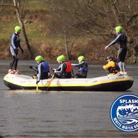 Aberfeldy, UK: Fun and games White Water rafting on the River Tay .