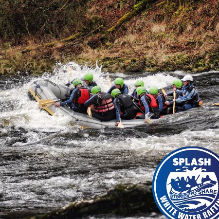 Aberfeldy, UK: White Water rafting on the River Tay . Wave time