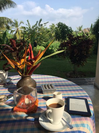 Shangri-Lanka Villa: Breakfast on the lanai