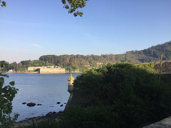 Castle of San Felipe: Al fondo el castillo de La Palma justo al otro lado de La Ría