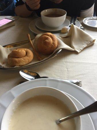 Santa Lucia Restaurant : 不错的餐厅,就是门头太小了,街角处的一个小门。里面比较安静,装修也不错,正统的西餐,味道也还行。不过侍者英语一般。