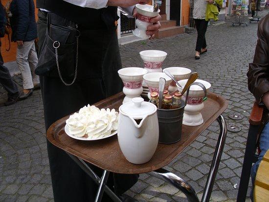 "Siegfried's Mechanisches Musikkabinett: Der rüdesheimer ""Asbach alt"" - Kaffee wir am Tisch bereitet"