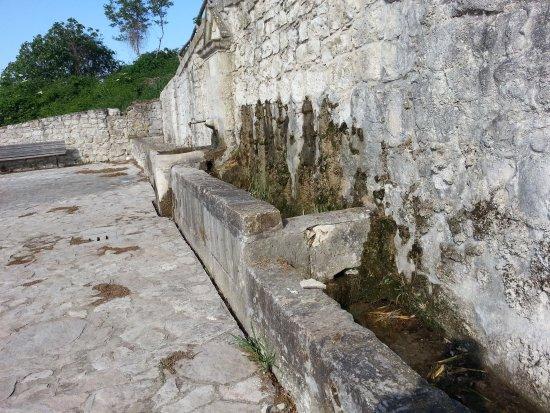 Casalnuovo Monterotaro, Italie : Antica fonte la Caccetta paesaggio meraviglioso.  Ideale per trekking day.