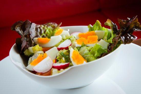 Michalovce, Slovaquie : Rímsky šalát s vajíčkom, jarnou cibuľkou, reďkovkou a cherry paradajkami