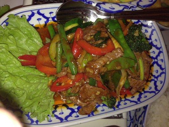 Pfaffenhofen an der Ilm, Niemcy: Nüe Pad Baikprau: gebratenes Rindfleisch mit Basilikum und Gemüse (leicht scharf)