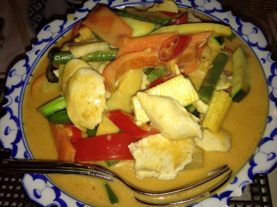 Pfaffenhofen an der Ilm, Niemcy: Gaeng Ped Gai: Hühnerbrust mit Gemüse, Basilikum in roter Curyy-Kokosnusssoße (scharf)