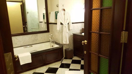 Eastern & Oriental Hotel: Large bath with tub, shower and two wash basins