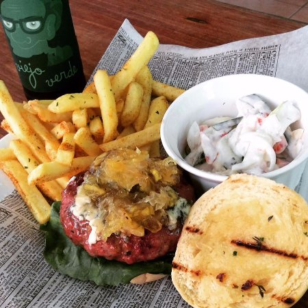 Atenas, Costa Rica: Etnia signature hamburger (Beef and Italian sausage burger, blue cheese, apple/onion puree)
