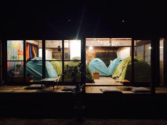 Naoshima-cho, اليابان: 築およそ120年の古民家の中にテントを張って滞在する宿です。