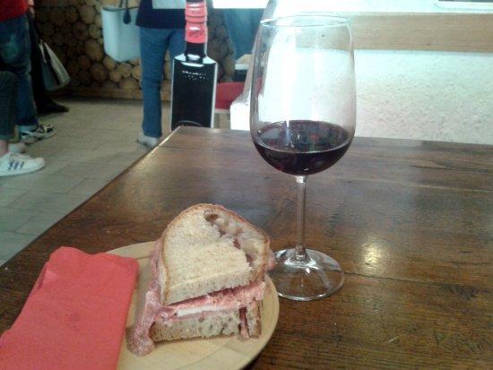 Borgo a Mozzano, Italy: Panino con la sbriciolona e un bicchiere di rosso