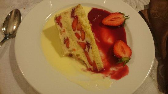 Argentat, France: dessert commandé à la base: un framboisier