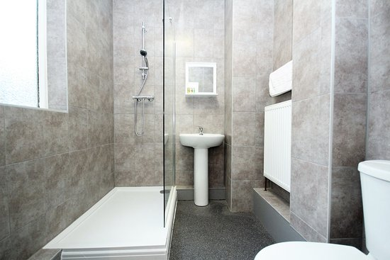 Barrow-in-Furness, UK: Brand New Fully Tiled Bathrooms, Walk in Shower.