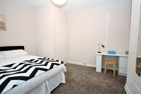 Barrow-in-Furness, UK: Large Bedroom with Desk