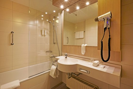 Moderne Badezimmer mit Badewanne - Bild von H+ Hotel Herzog Widukind ...