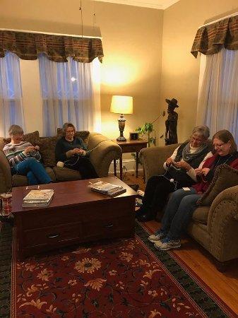 Black Mountain, Karolina Północna: Knitting in the parlor