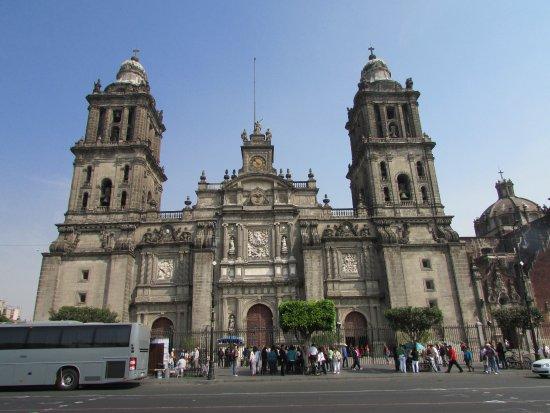 Lateral del Zocalo con una vista de la Catedral Metropolitana
