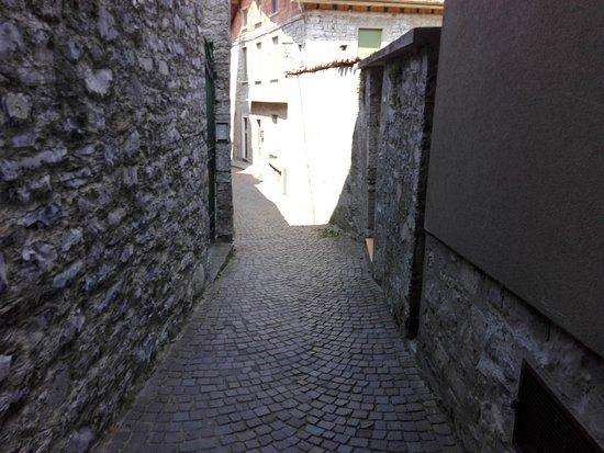 Perledo, Italien: stradina del borgo sottostante al castello