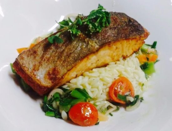 Killorglin, Irlanda: Grilled Fillet of Salmon with orzo pasta and sauce veirge