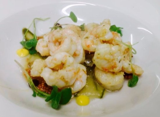 Killorglin, Irlanda: Garlic Marinated Pan Seared Prawns, pickled cucumber, herb vinaigrette