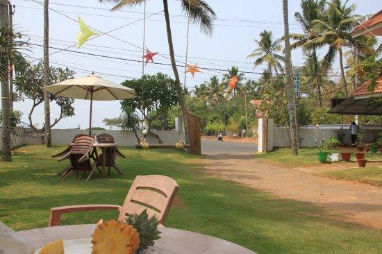 Sanctum Spring Beach Resort: udkørsel mod helipad