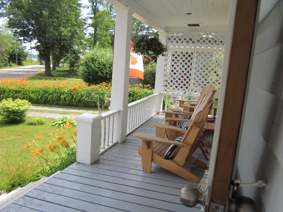 Heart's Desire Bed and Breakfast: Our front veranda
