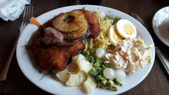 Hilltown, UK: Bread chicken and huge salad.