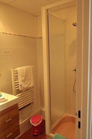 HOTEL LES ALPAGES : Cabine de douche un peu étroite