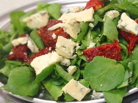 Salada Italiana - Agrião, tomate seco e gorgonzola. – Foto de Cantina  Italiana Dangelo, Mogi das Cruzes