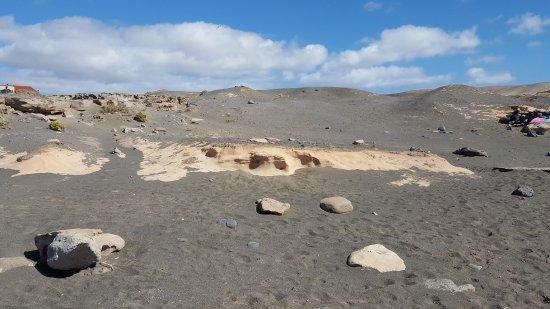 La Pared, Spanien: Светлые выходы скал среди темного песка