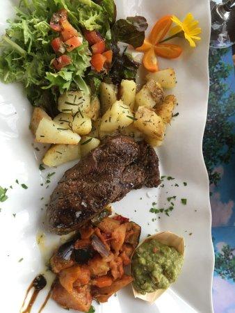Algarrobo, Spain: Tournedos met gebakken aardappelen en groenten