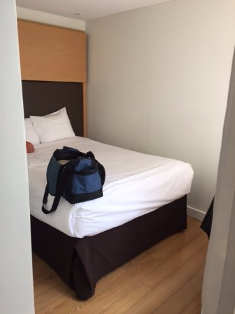 Bond Place Hotel: double bed in the alcove