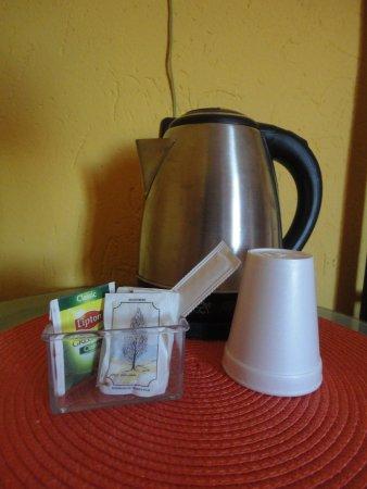 Albaretto della Torre, Italien: Bollitore+1 bicchiere+1palettina+1bustina di tè+4 bustine zucchero