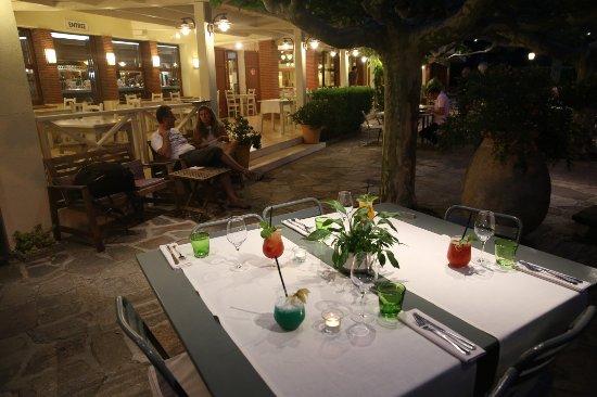 Hotel de la Plage - HDLP : Terrasse et jardin, soirée tranquille, cocktails maison.