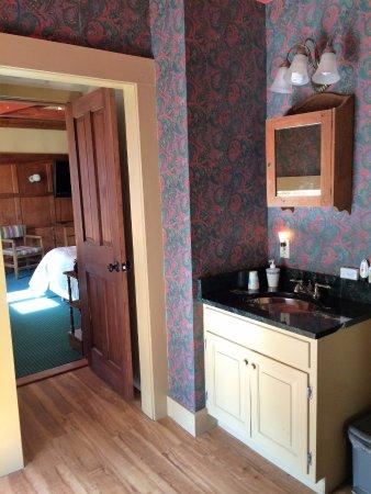 Rutland, VT: Villard has spacious bathroom