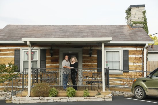 Columbia, Tennessee: Owners Chef Randy & Elizabeth Landry on porch