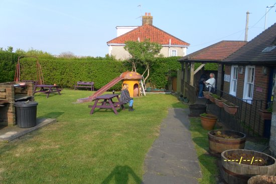 Bexhill-on-Sea, UK: Beer garden and covered smoking area