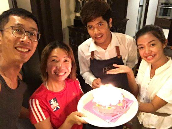 Laem Set, Tayland: Resort crew with surprise bday cake!