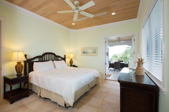 Cape Santa Maria Beach Resort & Villas: Master Villa  bedroom