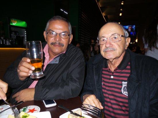 Ibis Santiago Providencia: Bar do Hotel Ibis Providencia com amigos