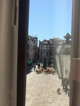 Ruzzini Palace Hotel: 2 large windows with view of Campo S. Maria Formosa
