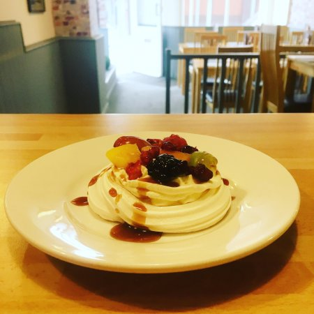 Освестри, UK: Treat yourself to our new fruit meringues with chocolate syrup.