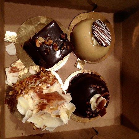 Beaverton, Oregón: Four desserts from the extensive offertings in Karam's bakery.