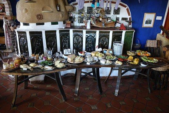 Biolandhaus Arche: Frühstückstisch mit herrlichen Bio-Aufstrichen und grandiosen Bio-Ziegen, -Kuh und -Schafkäse